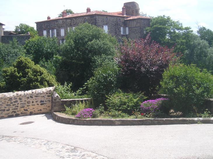 Le Pieuré-vue de l'esplanade de l'église