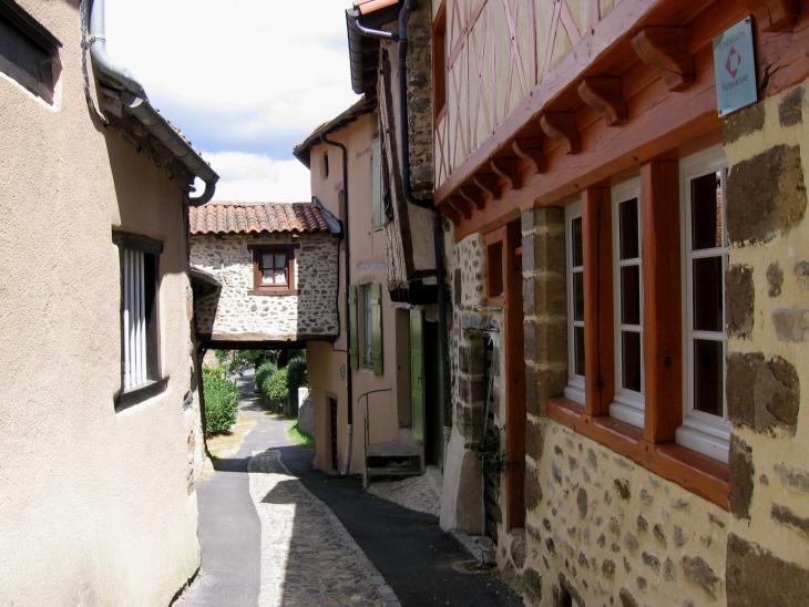 Saint Ilpize, le Chapial, rue principal du bourg médiéval